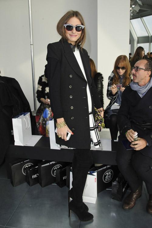 На шоу Antonio Berardi в Лондоне в черно-белом наряде