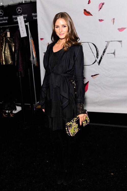В платье с запахом от Diane von Furstenberg за кулисами на Недели Моды в Нью-Йорке