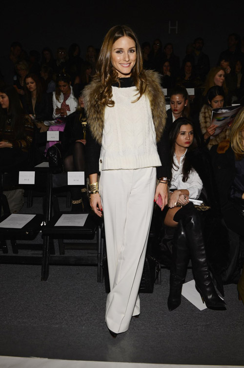 Посетила Неделю Моды в Нью-Йорке в шикарном белом комбинезоне с меховой отделкой на плечах