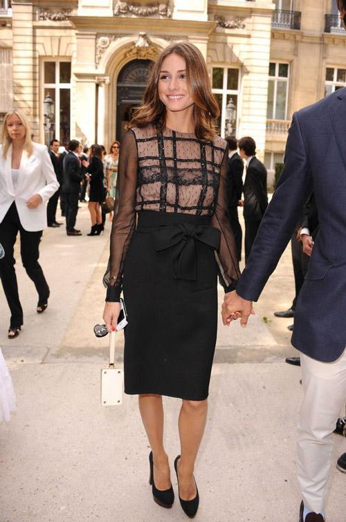 В черном платье от Valentino Haute Couture в Париже