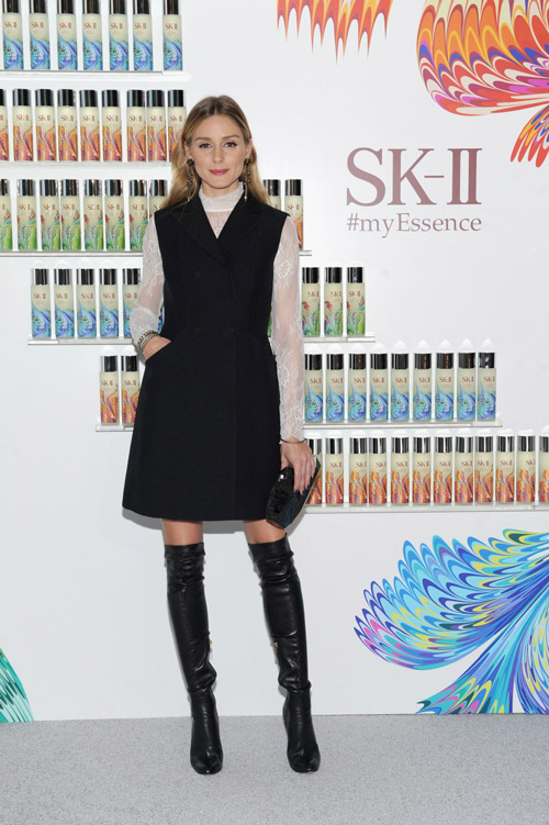 На SK-II Holiday Essence Collection Launch Party в черном сарафане и белой блузке