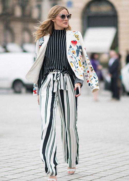 На Недели высокой Моды в брюках в полоску и удивительном жакете