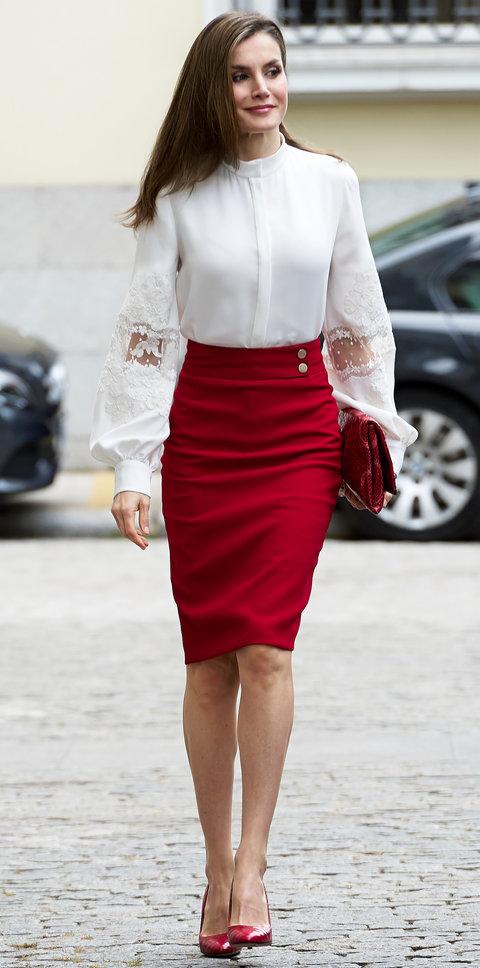 Летисия в красной юбке и блузке