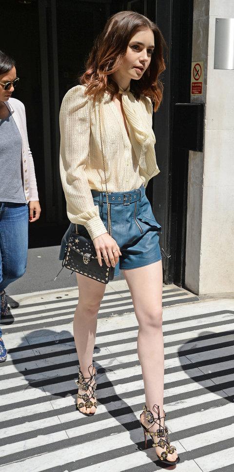 Лили Коллинз в кожаных шортах и легкой блузке