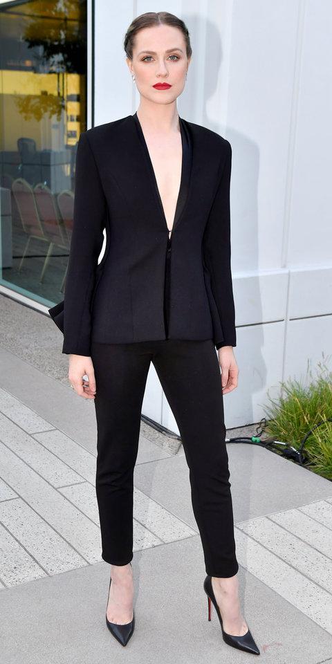 Эван Рэйчел Вуд в черном костюме