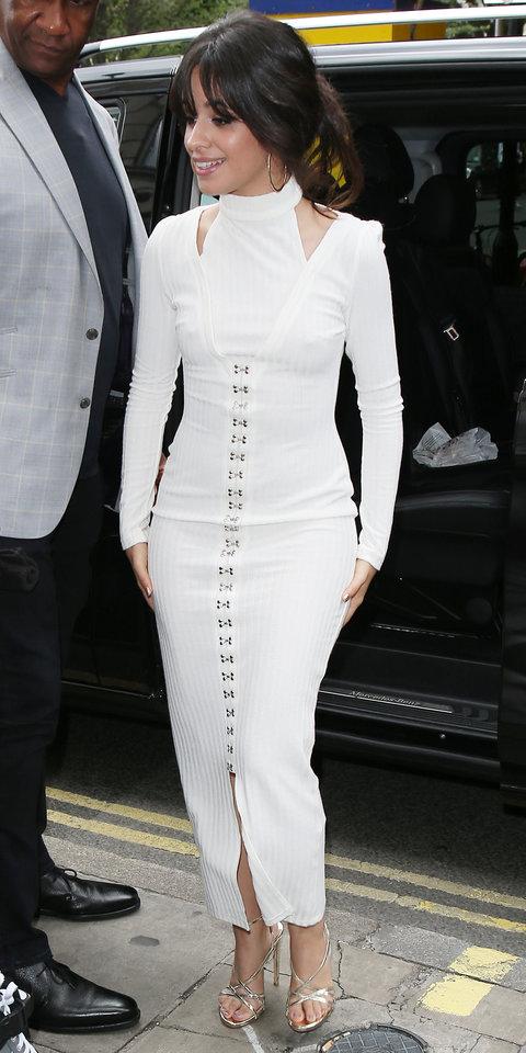 Камила Кабелло в белом облегающем платье