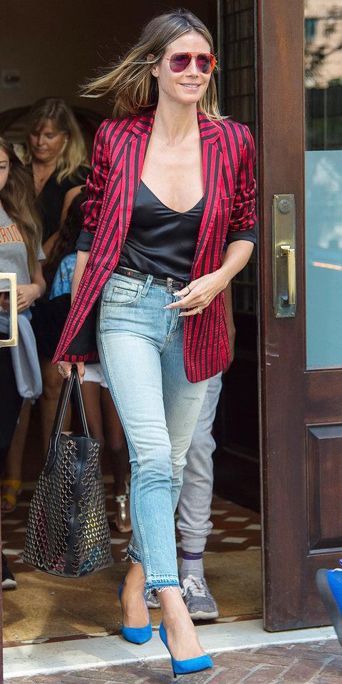 Хайди Клум в джинсах и красном пиджаке