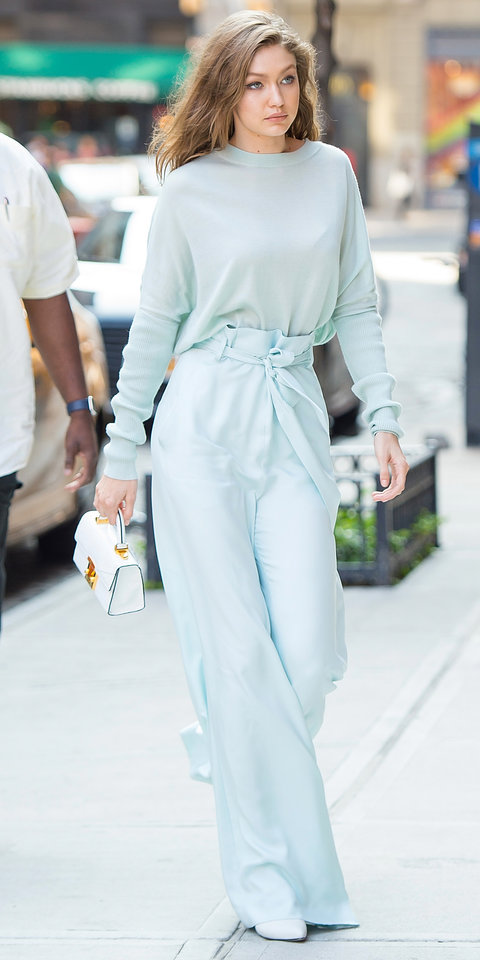 Джиджи Хадид в широких брюках и свитшоте