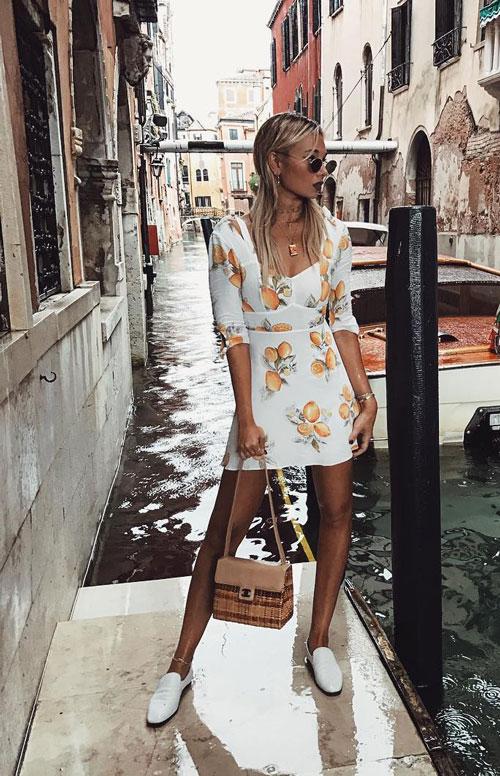 Блогер в белом летнем платье с принтом weworewhat