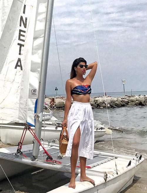 Блогер в белой юбке с разрезом и топе yasalamfashionblog