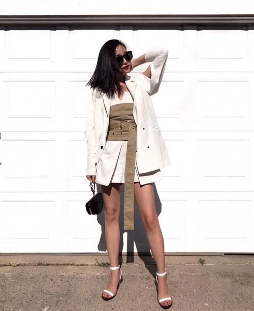 Блогер в корсете, белом жакете и платье itskaykayleigh