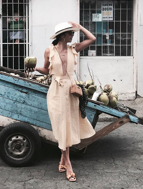 Блогер в платье с вырезом и шляпе krystal_bick