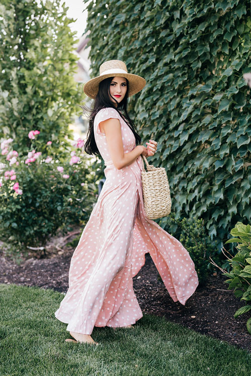 Блогер в воздушном платье в горошек и соломенной шляпе rachparcell
