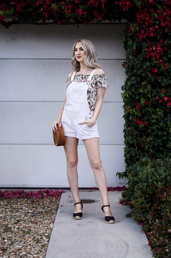 Девушка в белом джинсовом комбинезоне с шортами и блузка с цветочным принтом