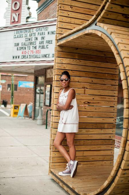 Девушка в белом сарафане мини и кедах
