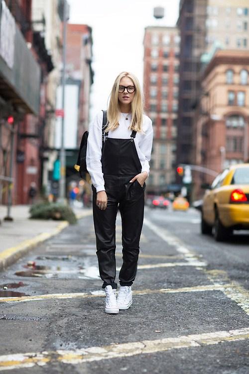 Девушка в белой рубашке, черный комбинезон и белые кеды