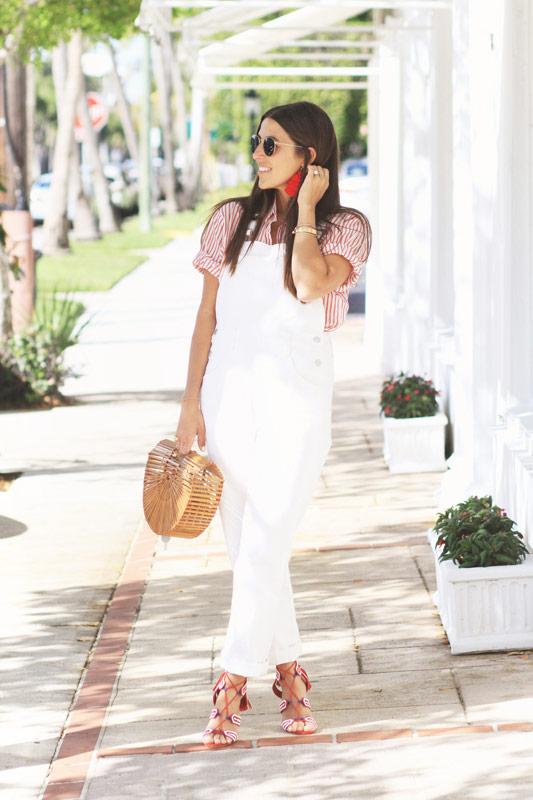 Девушка в белом комбинезоне, белая рубашка в красную полоску и соломенная сумка