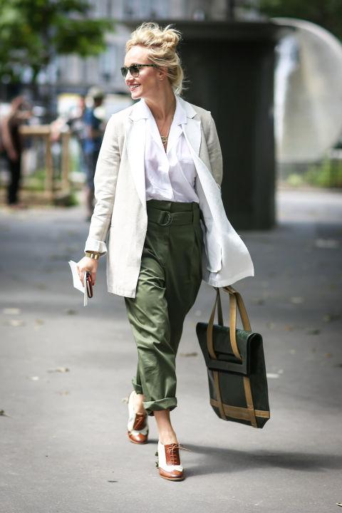 Девушка в брюках милитари, белая рубашка и пиджак, ботиночки на шнуровке