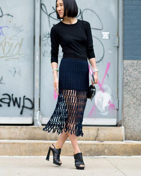 Девушка в черной юбке сетке, свитшот и сабо на каблуке