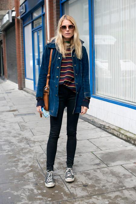 Девушка в джинсах скинни, свитшот и джинсовая куртка, кедв конверсы