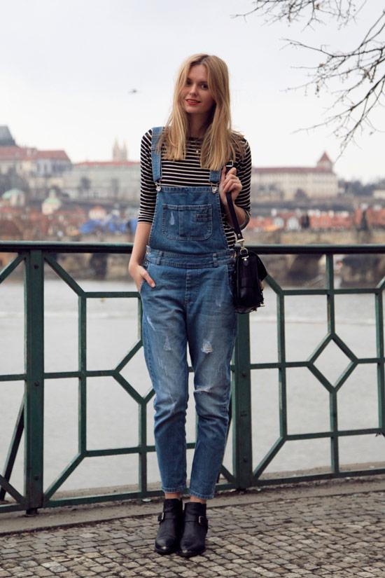 Девушка в джинсовом комбинезоне и полосатая водолазка