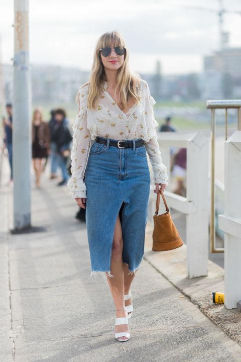 Девушка в джинсовой юбке миди с ремнем и блузка