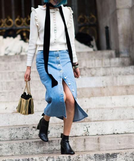 Девушка в джинсовой юбке с пуговицами, кофта и черные ботинки