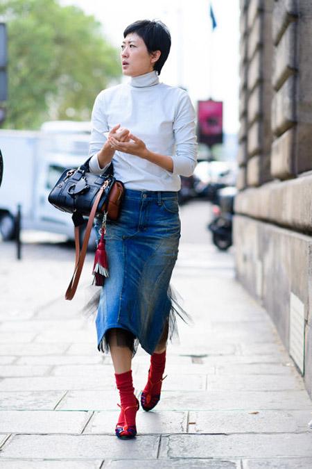 Девушка в джинсовой юке, серая водолазки и красные носки