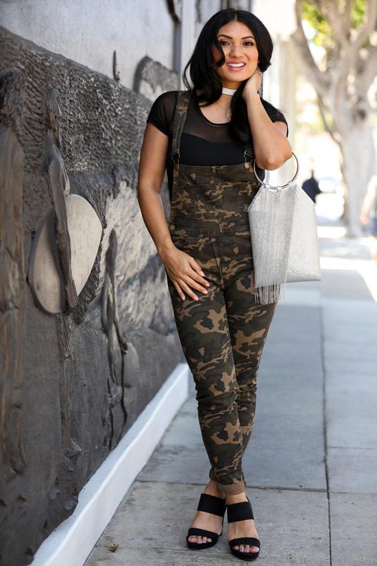 Девушка в комбинезоне хаки и черная футболка