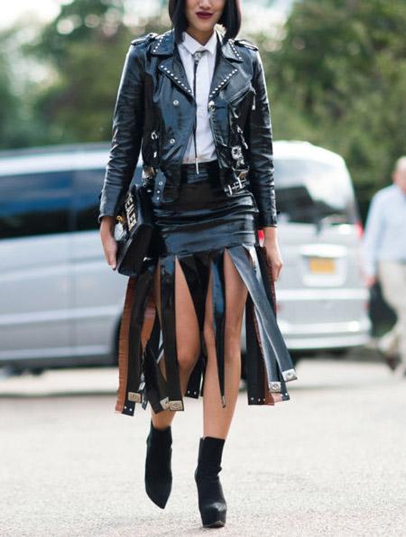 Девушка в кожаной юбке миди и куртка косуха