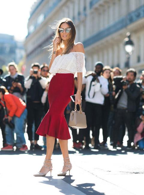 Девушка в красной юбке миди и белой блузке с открытыми рукавами