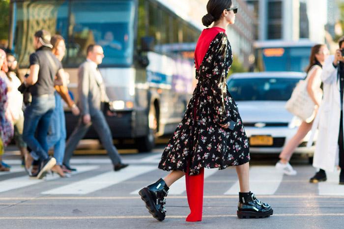 Девушка в платье миди с принтом и ботинках