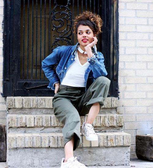 Девушка в подвернутых штанах, футболке и джинсовке ericalave
