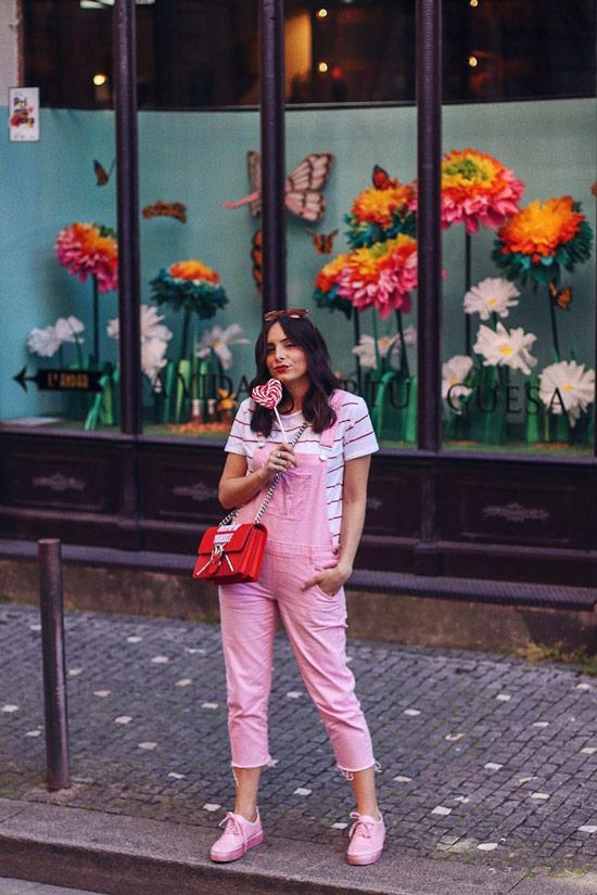 Девушка в розовом комбинезоне с необработаным краем и белая футболка в полоску