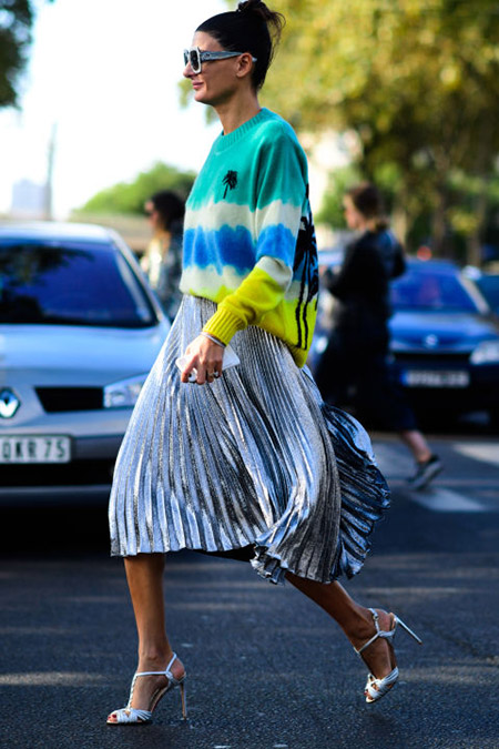 Девушка в серебристой юбке миди и яркий свитер