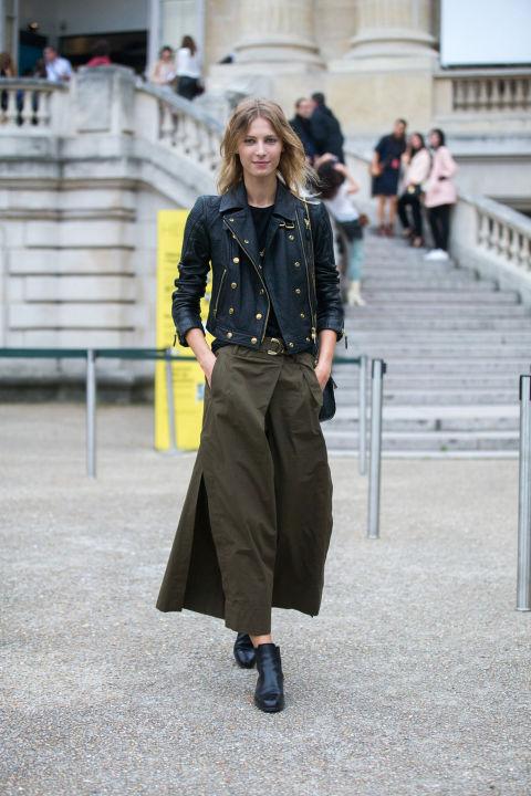 Девушка в широких брюках милитари и куртке косухе