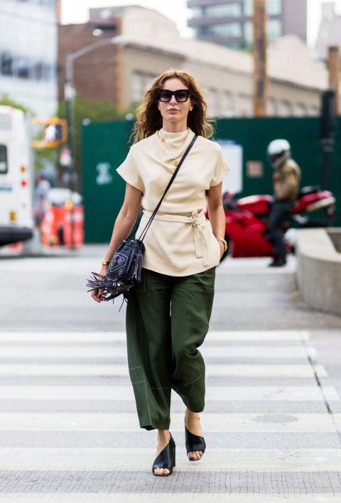 Девушка в широких брюках в стиле милитари и светлой блузке