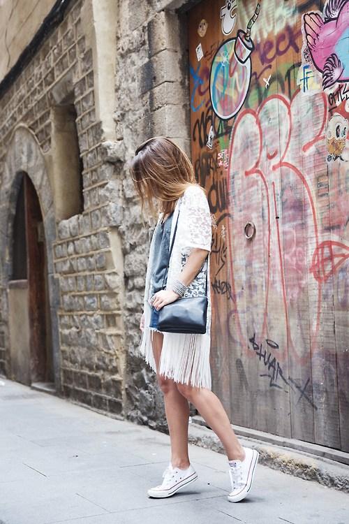 Девушка в шортах, серая футболка и белый кардиган, конверсы