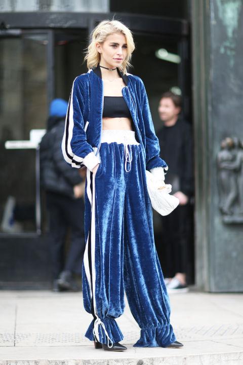 Девушка в синем бархатном костюме в стиле спорт шик, топ