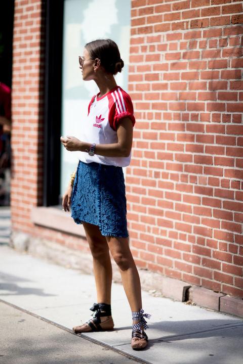 Девушка в синей мини юбке, красно-белая футболка и босоножки на завязках