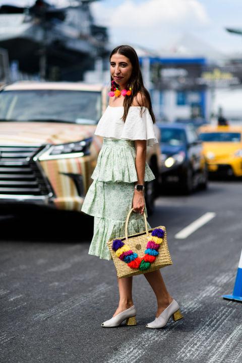 Девушка в юбке миди и белый топ с открытыми плечами, туфли на низком каблуке
