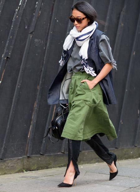 Девушка в юбке миди цвета хаки, жилет черное туфли
