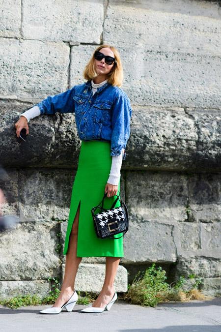 Девушка в зеленой юбке миди и джинсовке