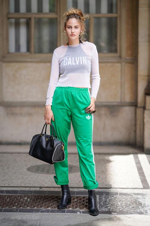 Девушка в зеленых брюках, свитшот и черные ботиьоны
