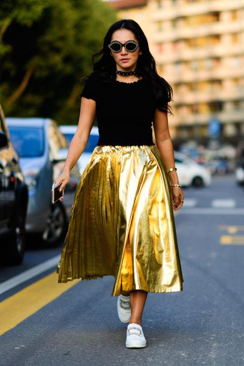 Девушка в золотой юбке миди и черная футболка