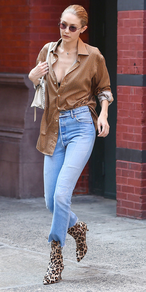Джиджи Хадид в голубых джинсах, леопардовых босоножках и рубашке