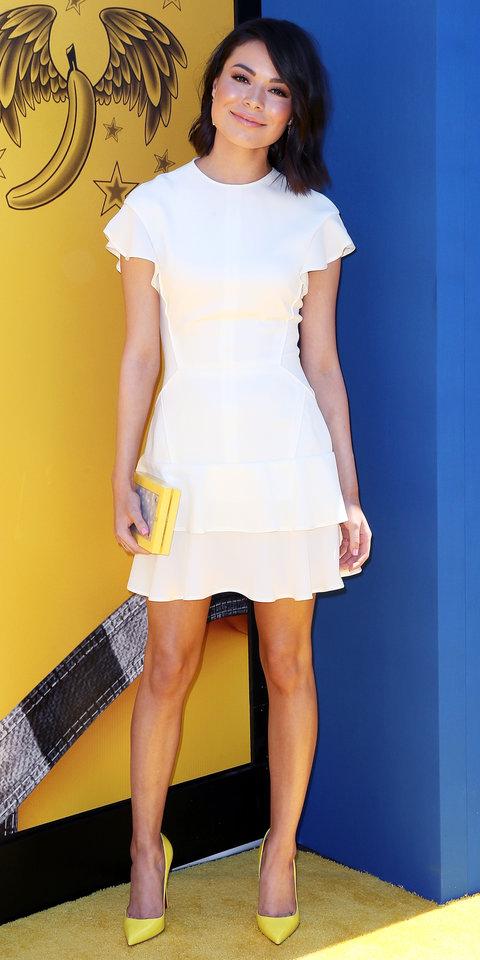 Миранда Косгров в белом мини платье и желтых туфлях