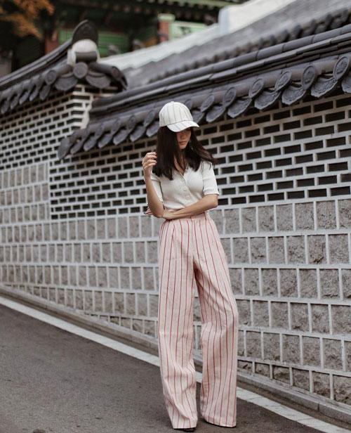 Модный блогер в брюках в плолоску, блузе и кепке yoyokulala
