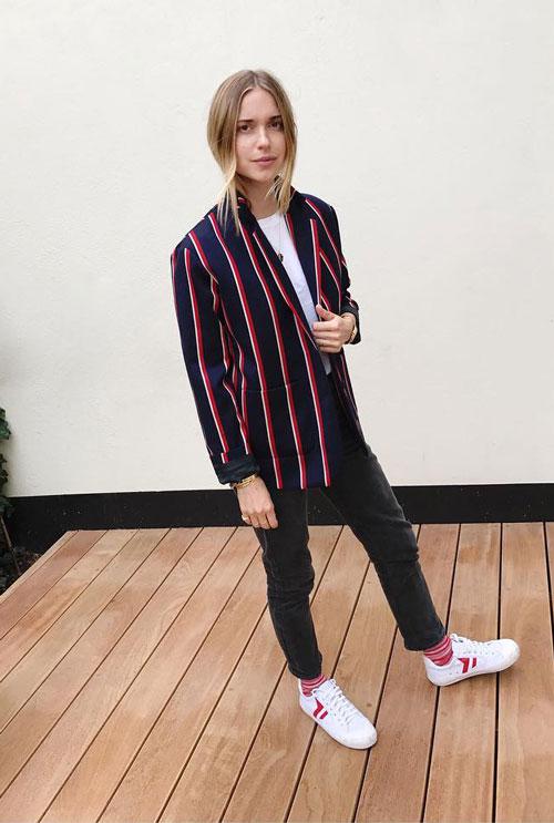 Модный блогер в джинсах и полосатом пиджаке pernilleteisbaek