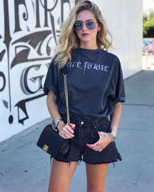 Модный блогер в джинсовых шортах и футболке chiaraferragni
